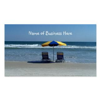 Sillas de playa en la línea de la playa plantillas de tarjetas de visita