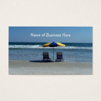 Sillas de playa en la línea de la playa tarjetas de visita