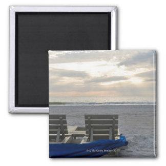 Sillas de playa en la playa del St. Pete en la pue Imanes