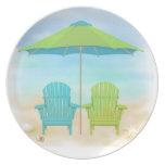 Sillas de playa, paraguas, placa de la playa plato de comida