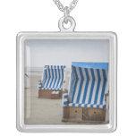 sillas de playa vacías en la playa colgante cuadrado