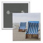 sillas de playa vacías en la playa pin cuadrado