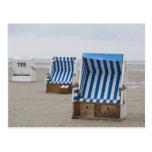 sillas de playa vacías en la playa postal