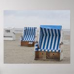 sillas de playa vacías en la playa póster