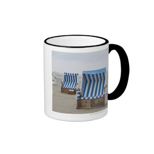 sillas de playa vacías en la playa taza de dos colores