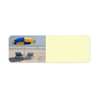 sillas de playa vacías etiqueta de remitente