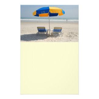 sillas de playa vacías tarjetas informativas