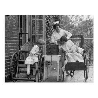 Sillas de ruedas de mimbre, los años 20 postal