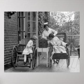 Sillas de ruedas de mimbre, los años 20 póster