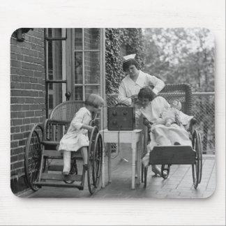 Sillas de ruedas de mimbre los años 20 alfombrilla de ratones