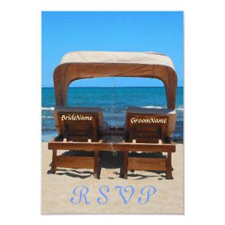 Sillas del boda de playa en arena invitaciones personalizada