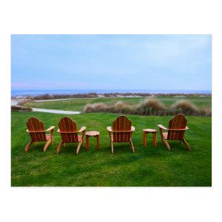 Sillas en el décimo octavo verde, campo de golf de tarjeta postal