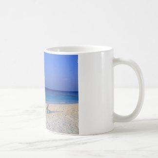 Sillas en la playa - personalizable taza clásica