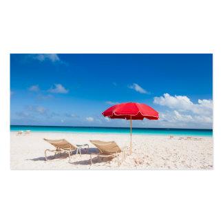 Sillas y paraguas en una playa tropical tarjetas de visita