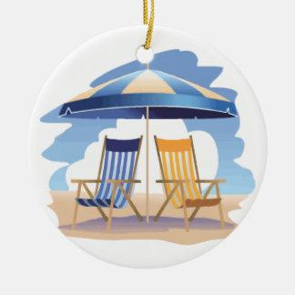 Sillas y paraguas rayados azules y amarillos de adorno navideño redondo de cerámica