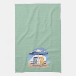 Sillas y paraguas rayados de playa en Lt Green Toallas De Mano