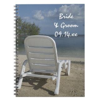 Sillón de la playa que casa el cuaderno espiral