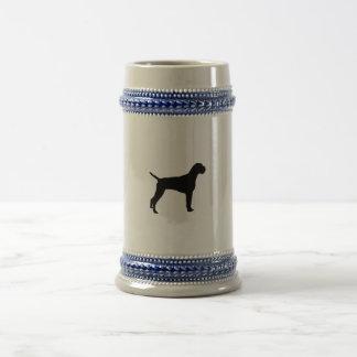 Silueta alambre-haired alemana del perro del tazas