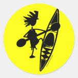 Silueta alegre de la canoa del kajak etiquetas redondas