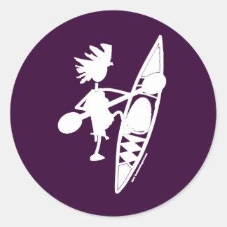 Silueta alegre de la canoa del kajak etiqueta redonda