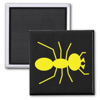 Silueta amarilla de la hormiga imán