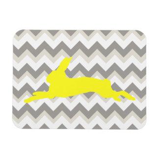 Silueta amarilla del conejo en las rayas de Chevro Imanes Rectangulares