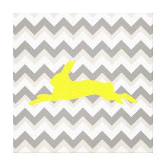Silueta amarilla del conejo en las rayas de Chevro Impresiones En Lona