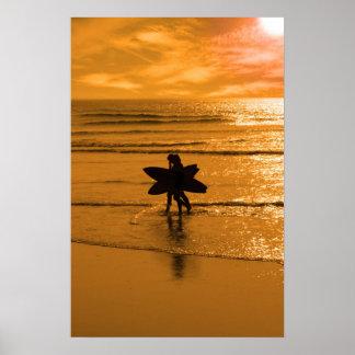 silueta angelical de los pares que practica surf posters