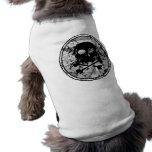Silueta apenada B&W del cráneo y de la bandera pir Camiseta De Perro