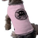 Silueta apenada B&W del cráneo y de la bandera pir Ropa Para Mascota