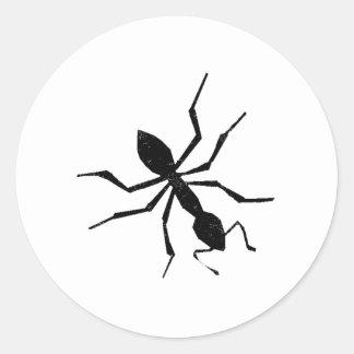 Silueta apenada de la hormiga pegatina redonda
