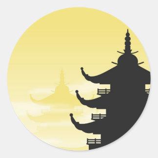 Silueta asiática de la pagoda en el amanecer pegatina redonda