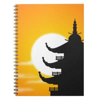 Silueta asiática de la pagoda en la oscuridad libretas
