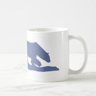 Silueta azul del oso polar taza clásica