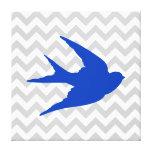 Silueta azul del pájaro en las rayas de Chevron Impresión En Lona