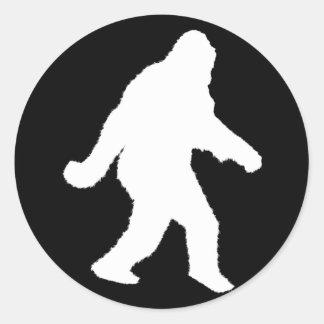Silueta blanca de Sasquatch para los fondos Pegatina Redonda