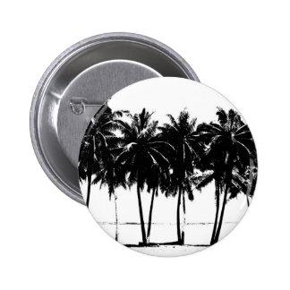 Silueta blanca negra de las palmeras pin redondo de 2 pulgadas