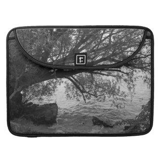 Silueta blanco y negro del árbol funda para macbook pro