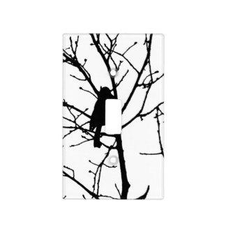 Silueta blanco y negro del chickadee en un árbol placas para interruptor