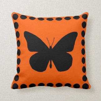 Silueta bonita de la mariposa de monarca en el nar almohadas