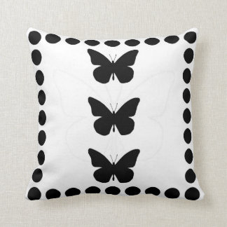 Silueta bonita de las mariposas de monarca almohadas