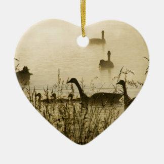 Silueta canadiense ligera de la charca de los adorno navideño de cerámica en forma de corazón