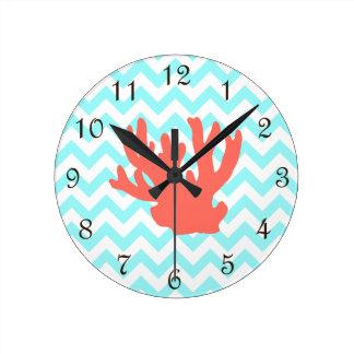 Silueta coralina reloj redondo mediano