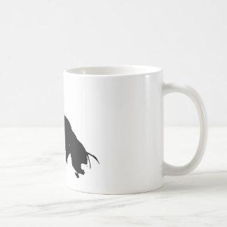 Silueta corriente blanca negra del caballo taza clásica