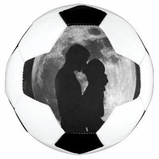 Silueta de amantes en una Luna Llena en la noche