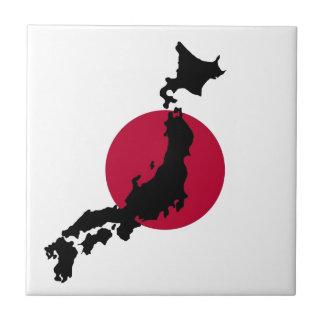 Silueta de Japón sobre bandera nacional del sol Azulejo Cuadrado Pequeño