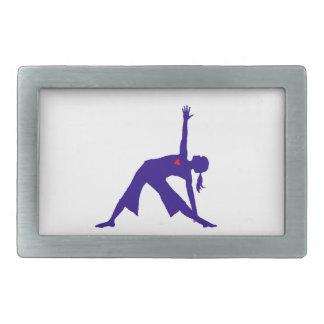 Silueta de la actitud del triángulo de la yoga con hebilla de cinturón rectangular