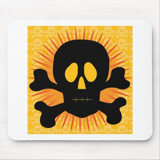Silueta de la bandera pirata del cráneo mouse pad