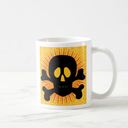Silueta de la bandera pirata del cráneo taza clásica