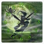Silueta de la bruja de Halloween con la araña Relojes De Pared